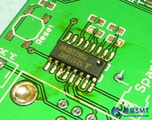 用助焊笔在贴片的焊盘上加上量的助焊剂