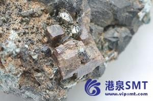 物理学家提出了一种从钙钛矿中打印纳米激光的快速方法。